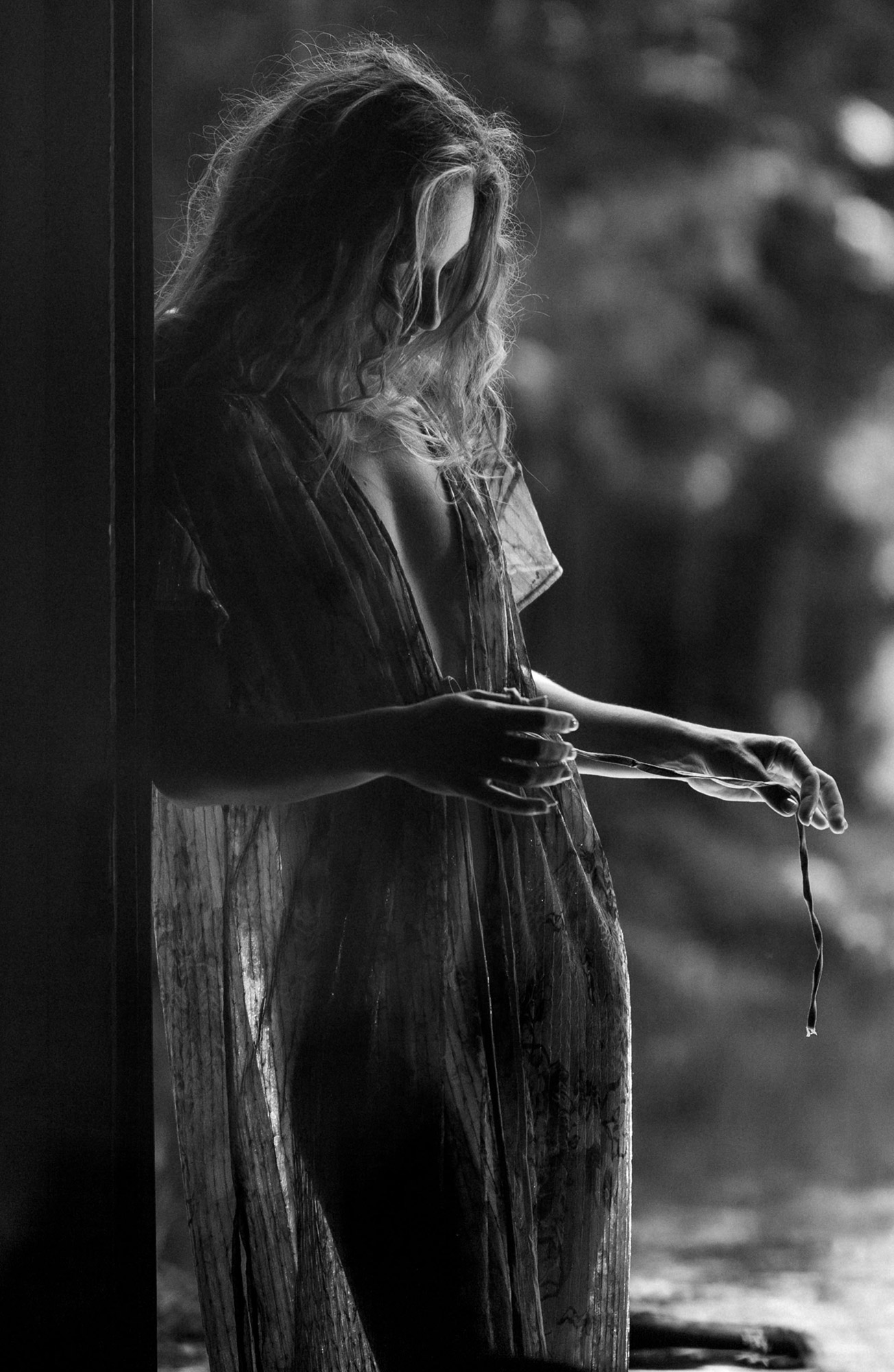 Une femme jouant avec sa robe en noir et blanc